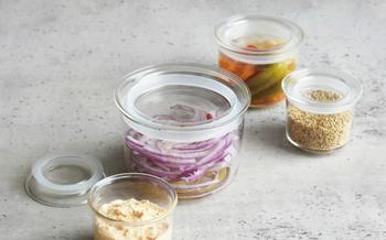 スマートで洗練されたフォルム、中の食材を美しく演出してくれるクリアな耐熱ガラスのキャニスターは、食卓にそのまま登場させても絵になります。