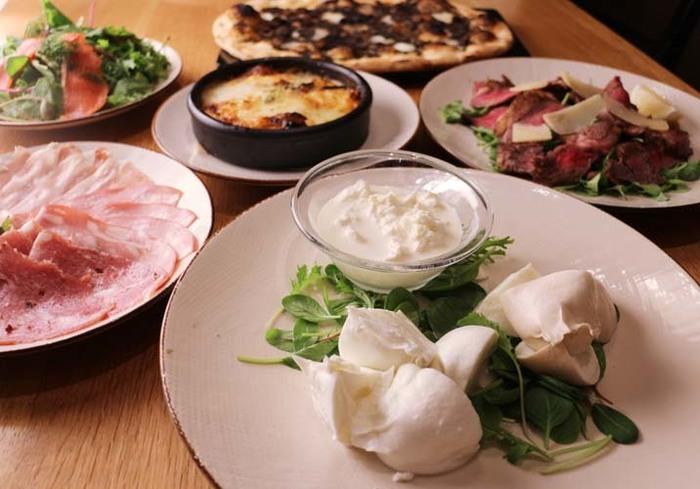 ワイン片手にお昼からモッツァレラチーズの食べ比べ。女子会で盛り上がること間違いなし!