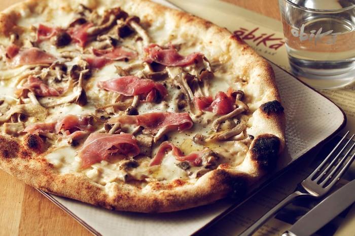 生ハムの塩味とチーズのコクまろがマッチしたピザ「フンギ」。楽しいおしゃべりと共に美味しいチーズを使ったお料理を召し上がってみてくださいね。