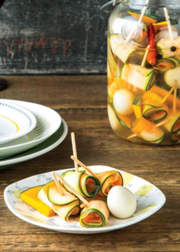 ピーラーで長くカットしたズッキーニと人参を2枚重ねて端から巻き、爪楊枝でとめた、ぐるぐるピクルス。カボチャやウズラの卵も一緒にピクルス液に漬け、キレイに盛り合わせれば、パーティー料理や、持ち寄りにも使えそう。