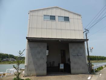 犀川の終わりに程近い、金石港沿いにあるカフェです。入口が二段階になっているところもユニーク。少し奥まったところに可愛らしいドアがあります。