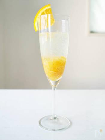 """こちらは、女の子に人気のあるカクテル""""ミモザ""""。オレンジカラーが可愛らしさを演出してくれます。全部混ぜずに、ソーダとマーマレードの部分を2層にした状態で仕上げるのがお洒落に見えるポイント。フレッシュのオレンジをグラスに添えるとおしゃれ度アップです!"""