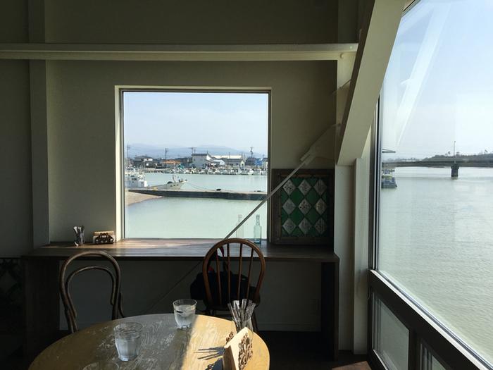 店内からも犀川や金石港がよく見えます。窓から入る木漏れ日も心地よく、まるで舟に乗っているようなカフェタイムを満喫できます。自分だけの時間をゆっくりと過ごせるような環境を用意するのがコンセプトなのだそう。何か考え事をしたいとき、悩んだとき、何度でも訪れたくなるカフェです。