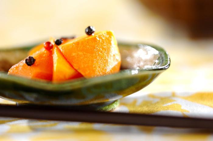 皮をむいて乱切りにしたニンジンを焼き色がつくまでしっかりと焼いて、ニンニクやだし汁が入ったピクルス液に漬けた、焼きニンジンのピクルスは、単品で食卓に並べても良いし、メインの付け合わせとしても重宝しそう。