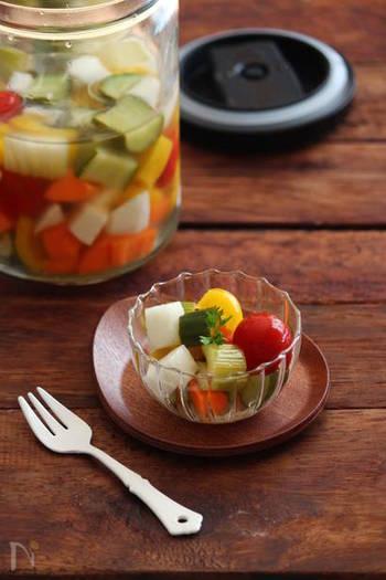 ミニトマトに、カットしたきゅうり、セロリの芯、人参、カブを、はちみつを入れて酸味を控えめにしたピクルス液に着けていただきます。カットする際、野菜を角切りにすることで見た目も可愛らしく仕上がり、お弁当の彩りにも良さそう。