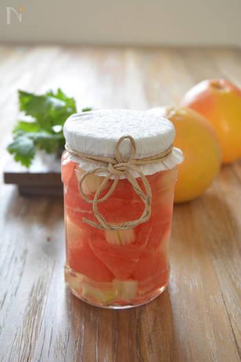 グレープフルーツとセロリで作る、見た目も味もさわやかなピクルスは、瓶に詰めて可愛らしくラッピングすれば、持ち寄りパーティーや、ちょっとしたお土産にも使えそう。