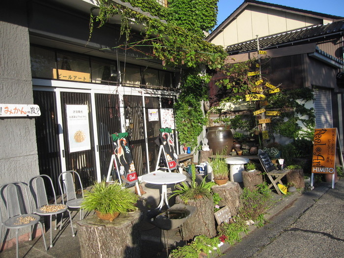 犀川のほとりにある「室生犀星文学碑」の近く、中川除町にあるカフェです。こちらのカフェはアートな空間が見どころ。アーティスト才田春光さんが手掛けるお店で、果物や野菜の皮を使った作品「ピールアート」を見ることができます。