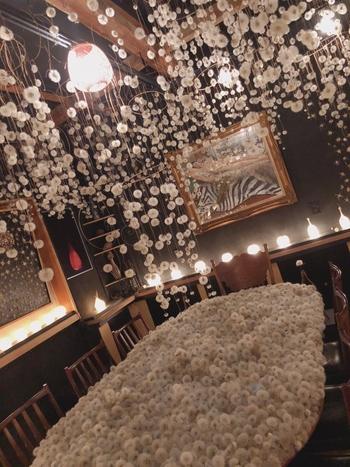 店内には幻想的な空間が広がります。たんぽぽの綿毛がたくさん舞い降りてくる一瞬をとどめた光景も♪壁に飾られた絵や照明も含めてトータルで素敵なアート空間が演出されています。