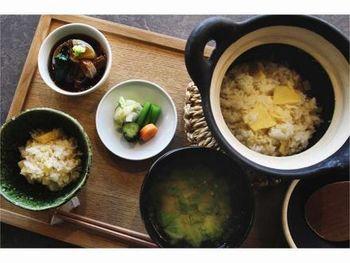 炊き立ての土鍋ご飯と地元ベーカリーのパンから選べる朝食も魅力!サイフォンで淹れたコーヒーや自家製ジュースなども飲むことができますよ。