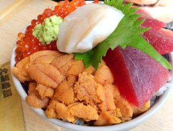 海鮮丼類はどれも溢れそうなボリューム!贅沢で新鮮な魚介類を適正価格で食べられるお店です♪