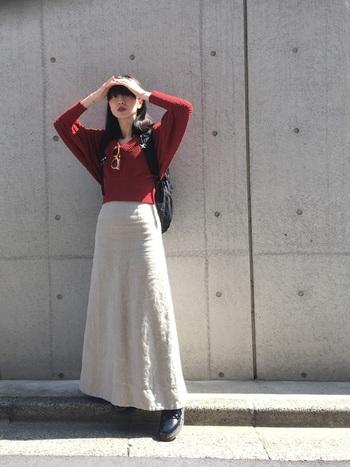 女性らしいシルエットのシンプルなマキシ丈スカートには、ちょっぴりゴツめのシューズやリュックなどメンズライクなアイテムを合わせるとアクセントになって◎。