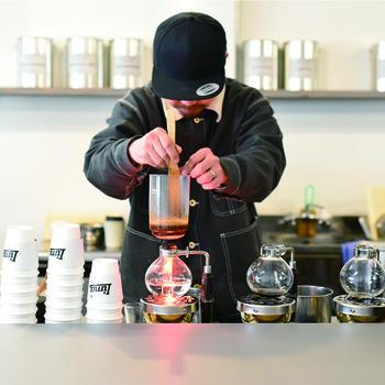 サイフォンで抽出した焙煎したての香り高い一杯がいただける。 しっかりとコーヒーのコクを感じられると評判。