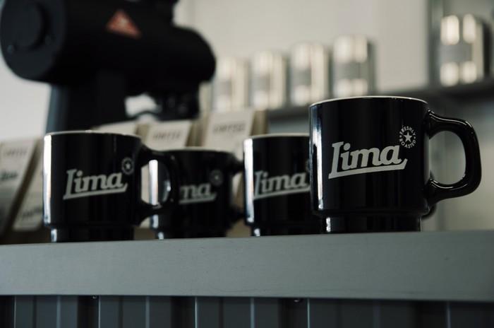 ハンサムな横顔のマグカップは、LIMA COFFEEのオリジナル。 焙煎所が作ったカップは、美濃焼の産地である多治見の窯元によって一つひとつ丁寧に製作されたもの。 また、さらに格別な一杯になりそうな予感。