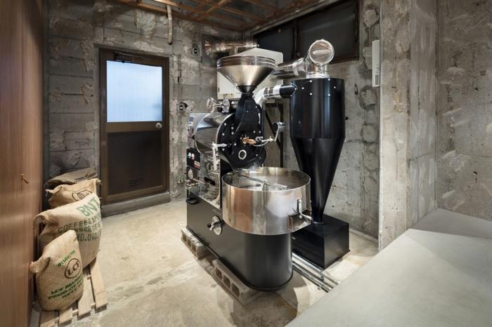これこぞコーヒー豆屋!というように存在感を放つ焙煎機。 坂田さんはお客様に喜んでもらえるような、ここでしか味わえないコーヒーを提供することを心がけて日々取り組んでいる。 例えば、毎回新しい発見や感動をもたらす高品質なシングルオリジンなど、飲めばその心意気までがよく伝わってくる。  photo Takumi Ota