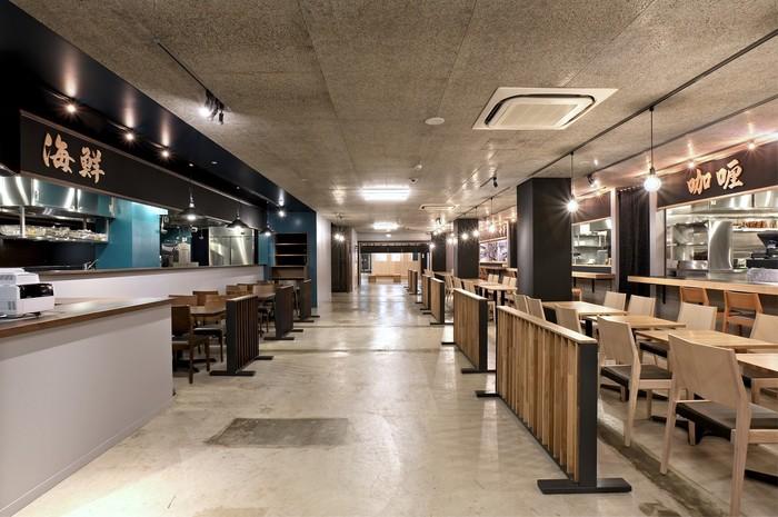 食べ歩きの町として栄えてきた築地ですが、安全面や買い出しの方への配慮などから、各店頭や新施設内に食べるためのスペースが設けられています。