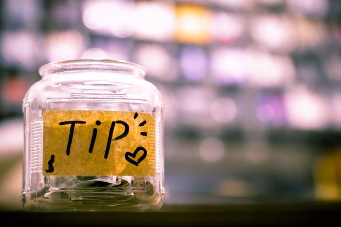 海外旅行で悩ましいのがサービスを受けたときに支払う「チップ」。旅行先がチップ文化のある国かどうか先に調べておきましょう。相場はかかった金額の15%ほど(お店やサービスによって異なります)。チップ用のお金をマネークリップなどでまとめておくと◎