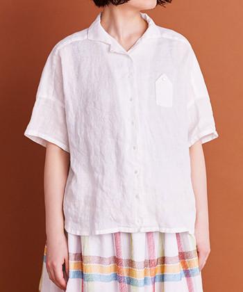 白いシンプルな開襟シャツは、レトロなマドラスチェック柄のスカートに合わせると、ちょっぴり懐かしく可愛らしい雰囲気です。