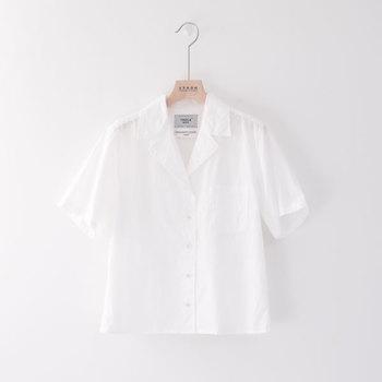 ラフでレトロな雰囲気を感じさせる『開襟シャツ(別名オープンカラーシャツ)』。程よくこなれたスタイルを演出することができます。
