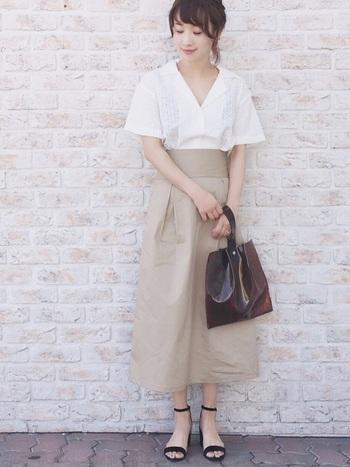 きれいめのナチュラルコーデ。白い開襟シャツにベージュのスカートが爽やかで上品です。