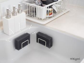 白いシンクに黒いスポンジがマッチしてとってもおしゃれ。シンクの壁面に沿って取り付けられるので、省スペースのホルダーです。ただ、常に濡れる場所にあるので、錆びにくいものを選びましょう。