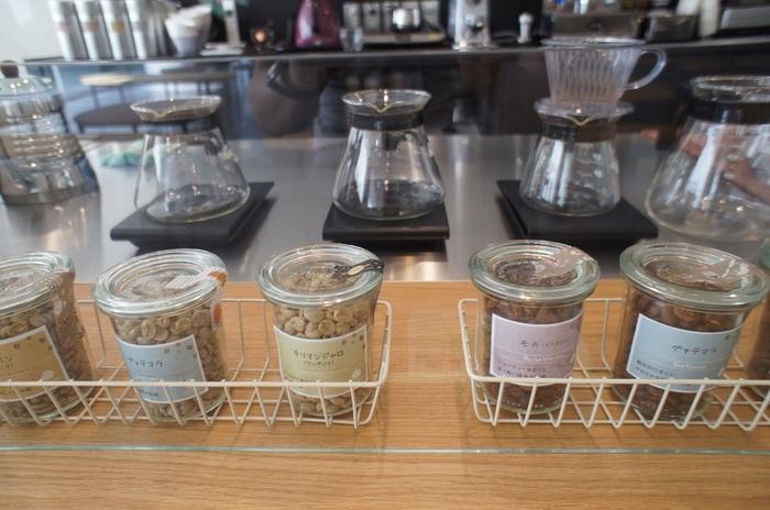 コーヒー豆は、種類によってもこれほども違うのか! こういうディスプレイもファンにはたまらない一角に。