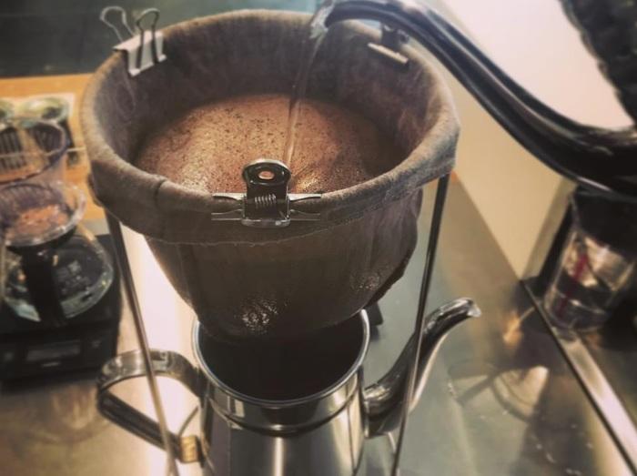 これからの季節におすすめのアイスコーヒーはネルドリップで抽出するというこだわり。 それは、喫茶文化を体感してほしいからという粋なはからいでもあるのだ。 避暑にぴったりの開放感のある空間で、ほろ苦さと奥深さがクセになる。