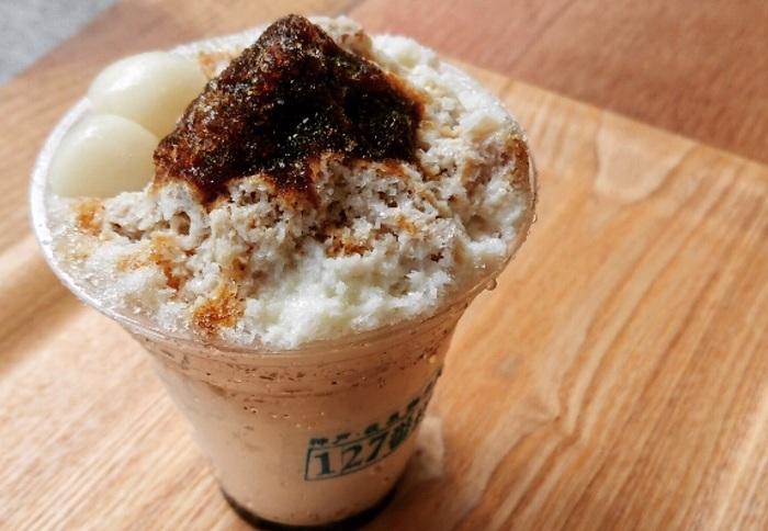 かき氷もスタイリッシュに登場。 自家製のコーヒーシロップで作り上げた、ほろ苦いかき氷。 昭和の喫茶時代に人気のあった氷すいかもラインアップしているというのは、お父さん、お母さんにも知らせたくなる。