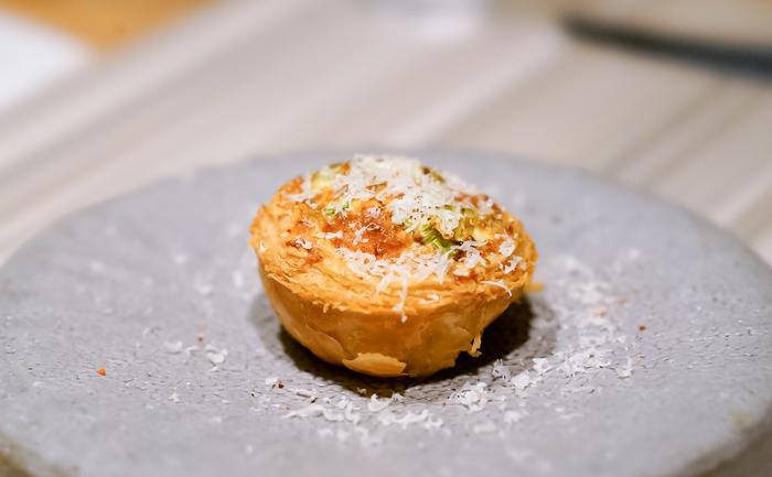ぎゅっとうま味が詰まった『富山の蛍烏賊とアスパラのキッシュ』。いろいろな素材の美味しさとバターの濃厚さが口いっぱいに広がります。