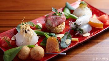 3種のお寿司と、野菜が添えられた一品。鮮やかな野菜とともにいただくお寿司は、華やかで見てるだけで食欲がそそります。