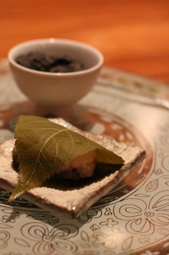 デザート3点盛りのひとつ、桜餅。桜の葉の風味とほのかな甘さが優しい味わいです。