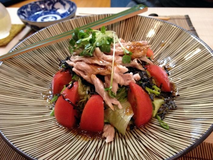 『鶏のせせりとトマトのサラダ』。さっぱり美味しいジュレソースがたっぷりかかって、爽やかな美味しさ。