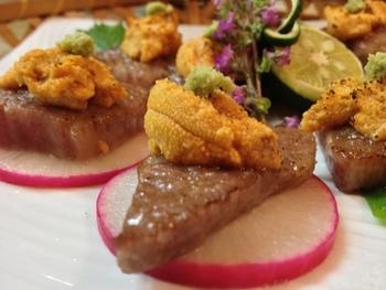 牛肉とウニの贅沢なコラボレーション。濃厚な味わいだけど、意外にさっぱりいただけます。