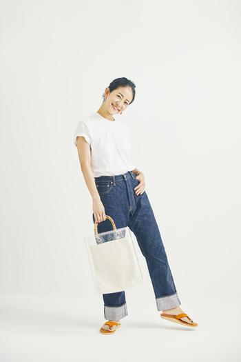 Tシャツ×デニムのスタンダードコーデも、明るい色のサンダルを加えると、いつもと違う雰囲気に。