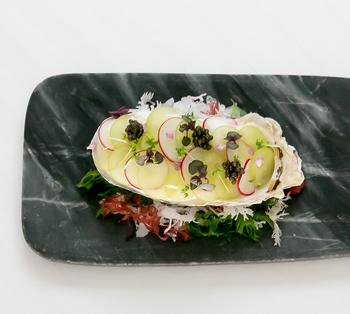 『牡蠣のアッラネーヴェ』。昆布の風味がじっくり染み渡り、さっぱり美味しくいただけます。