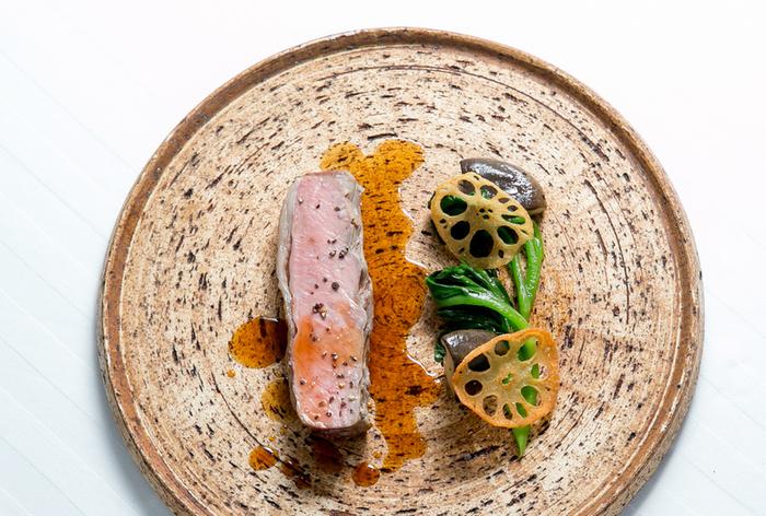 猪肉のロースト。センスよく盛られたお皿は、とてもきれいですね。猪肉はクセを感じることなく、ソースとからめて美味しくいただくことができますよ。