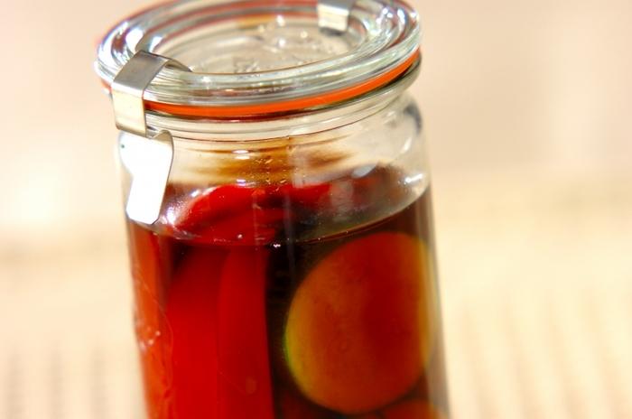 ズッキーニ、赤パプリカ、セロリを、リンゴ酢、砂糖、水、そしてバルサミコ酢のピクルス液に漬けたピクルスは、バルサミコ酢を入れることでいつもと一味違う香り豊かなピクルスに。
