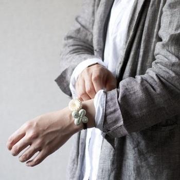 ブレスレットのように腕につけても素敵。シンプルな半袖シャツのアクセントとして2つ重ねてつけるのもいいですね。