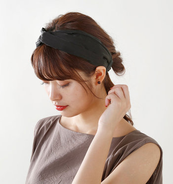 まとめ髪にもダウンスタイルにも使える便利アイテム、ターバン。サテンの上品な光沢感がポイントで、シンプルコーデに華を添えてくれます。バックゴムでストレスの少ないつけ心地も◎。忙しい朝でもささっと簡単にセットができます。