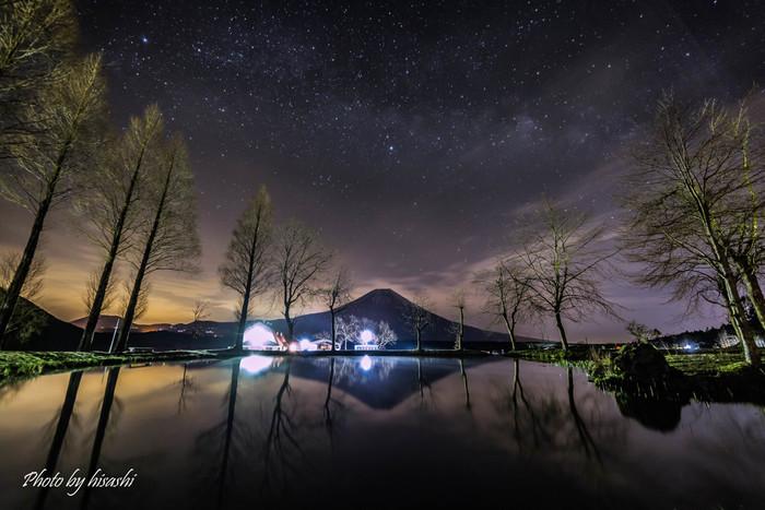 満天の星空の中に浮かび上がる富士山。そしてキャンプ場内にある池に逆さ富士と星空がうつし出されます