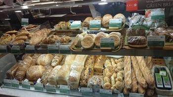 人気パン屋アンデルセンの、オーガニックの材料を使って作られたパンを販売している「グリーンブレッド」は、新宿伊勢丹に店舗があります。