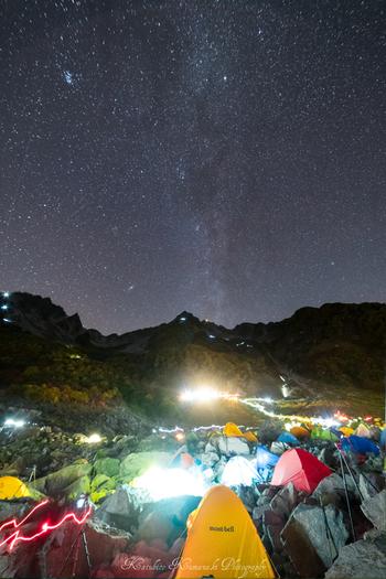 夏には、多くの登山者が張った色とりどりのテントの上に、数多の星がきらめきます。