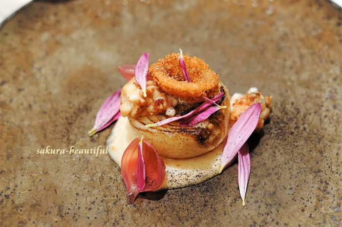 アート作品のようなこちらは、玉ねぎをメインとした一品。熱を加えることで甘みがふわっと広がり、玉ねぎの美味しさを存分に味わうことができます。
