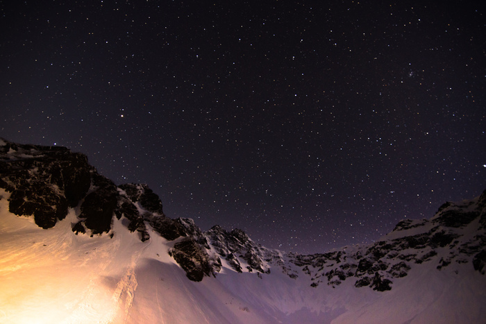 標高2300mの涸沢カール。北アルプスの穂高にある日本有数の氷河圏谷(氷河の侵食作用によってできた広い椀状の谷)に浮かぶ星空は絶景。夏場でも残雪が多く残るので、星の明かりで輝く雪景色を見ることができるかも。