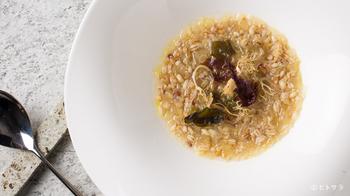 『5種類の穀物のスープ』。鶏のだしとホワイトアスパラガスの爽やかな風味が香り、雑穀がたっぷりと入ったヘルシーな優しさ溢れるスープです。