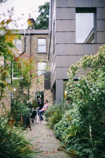 持ち家のメリットと言えば、終の棲家があるという「安心感」ではないでしょうか。家を基準にライフスタイルを考えたり、生活設計も立てやすくなります。 その一方で、近所付き合いなど何かトラブルがあったときに住み替えしにくい、というデメリットも。 住宅ローンが大きいほど精神的な負担もありますよね。
