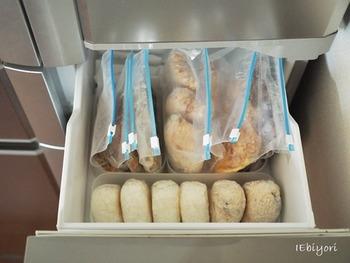 意外と困るのが、冷凍した食品の保管場所。 横長タイプだと、たとえばおにぎりなら右から解凍して左側から新しく追加する、などのルールを決めれば使いやすくなります。古いものから順番に食べられるので便利です。