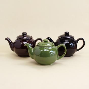 茶葉の種類、紅茶の基本的な入れ方をマスターしたら、是非素敵なツールにも目を向けてみてください。 必需品のティーポットは、素敵なデザインも多くいくつも欲しくなってしまいます。 こちらはどれも落ち着いた色合いですが、コロンとした丸いフォルムがチャーミング◎この丸い形によって、実はお湯を注ぐと茶葉が渦巻くように泳ぎ、おいしい紅茶を淹れることができるのだそう。