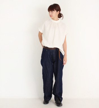 リネンの風合いが夏らしい、シンプルなバックボタンデザインの白ブラウス。ゆったりと履ける濃色デニムと合わせて、バランスを見ながらタックインして。ちょこんと垂らしたベルトが、軽やかなルーズ感のある着こなしに仕上がっています。