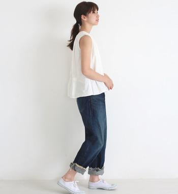 もっと夏らしい着こなしがしたい!というときには、ノースリーブタイプの白ブラウスがおすすめ。いつものデニムパンツと合わせるだけでも、今っぽさ&旬っぽさがグッとアップします。