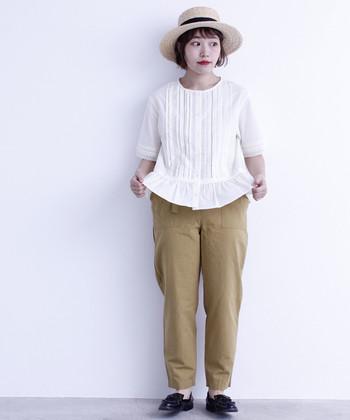 ウエスト部分に切り替えの入った五分袖ブラウスなら、ウエストマークやタックインをしなくてもスタイルアップ見えの効果がグッと高まります。細めのベージュパンツと合わせて、動きまわりたい日にもOKの着こなしに。